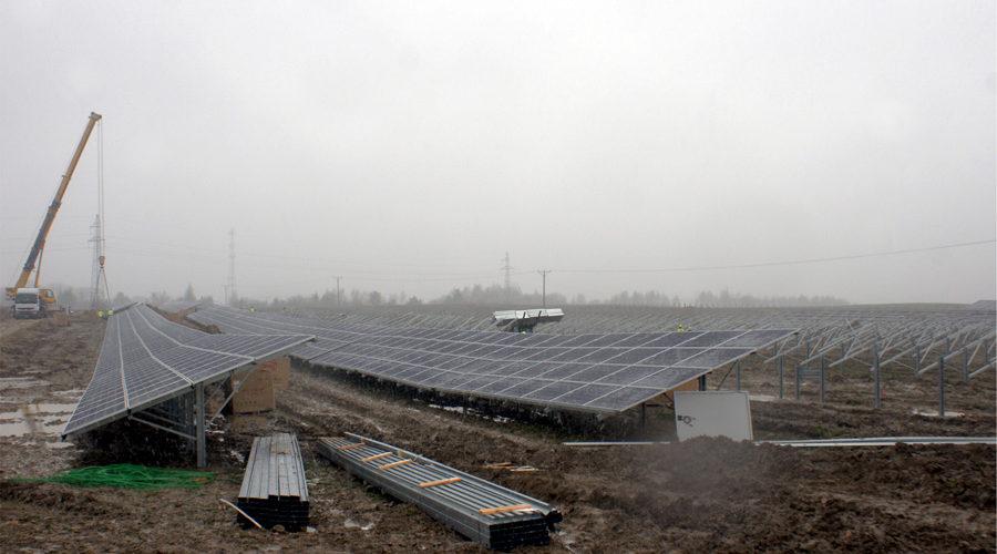 Montaż konstrukcji naziemnych na budowie farmy o mocy 6 MW