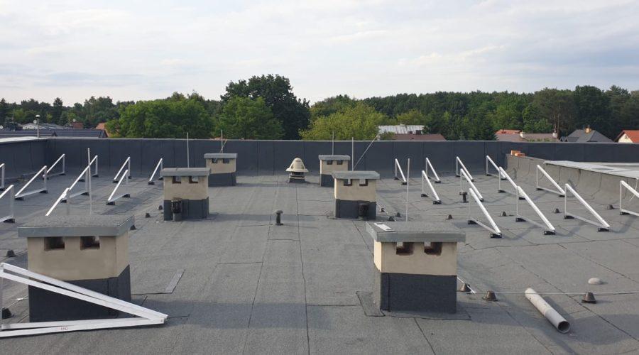 Dachowa instalacja PV o mocy 150 kWp - ekierki na stopach klejonych