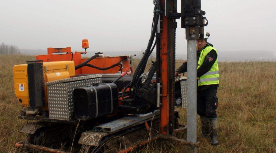 Próby wyrywania pali poprzedziły dostawę i montaż konstrukcji na budowę elektrowni fotowoltaicznej w województwie warmińsko – mazurskim